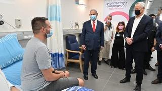 Benjamín Netanyahu y el ministro de Defensa, Benny Gantz, dialogan con Sagab Harel, el primer voluntario en recibir la vacuna israelí.
