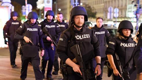 La policía busca a al menos uno de los atacantes.