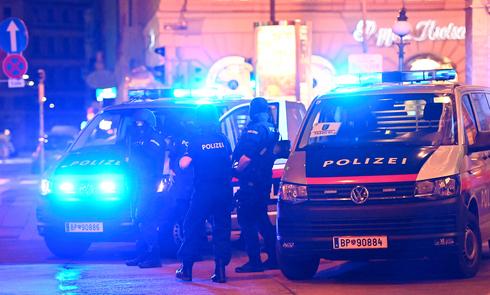 La policía eliminó a uno de los atacantes, que según las autoridades era simpatizante del Estado Islámico.