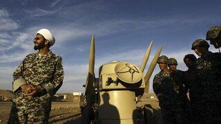 Un clérigo iraní junto a misiles y tropas del ejército durante ejercicios militares en un lugar no revelado en Irán.