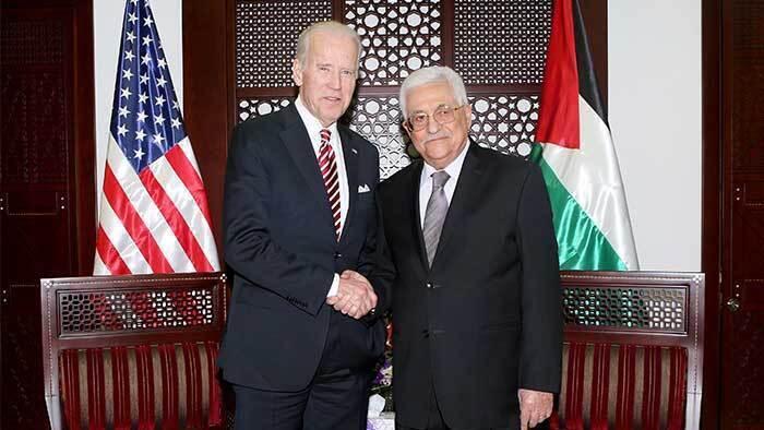 Joe Biden y Mahmoud Abbas durante una visita del presidente electo estadounidense a Ramallah en 2016.