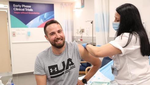 El israelí Segev Harel recibe un prototipo de vacuna.