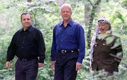 El exprimer ministro israelí Ehud Barak (izquierda), el expresidente de Estados Unidos, Bill Clinton (centro) y el difunto líder palestino, Yasser Arafat, en Camp David en el año 2000.