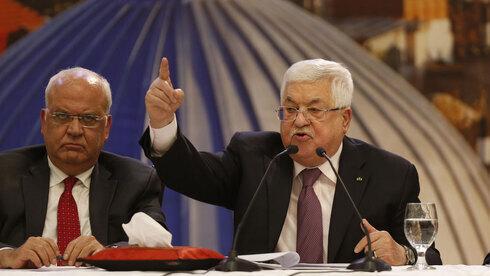 Saeb Erakat junto a Mahmoud Abbas para discutir el plan de paz de Estados Unidos en una reunión de la Liga Árabe en El Cairo a principios del 2020.