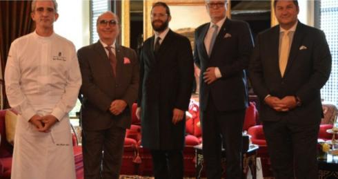 Reunión entre miembros de OU Kosher y directivos del hotel Ritz Carlton en Manama, Bahrein.