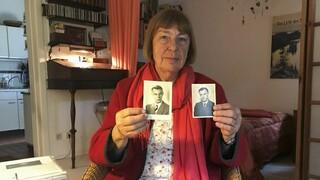 Bárbara Brix muestra dos fotos de su padre Peter Kröger, miembro de un Einsatzgruppen de la SS.