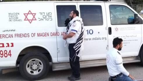 Dos paramédicos del Magen David Adom, uno judío y otro musulmán, rezan en Israel durante el inicio de la pandemia.