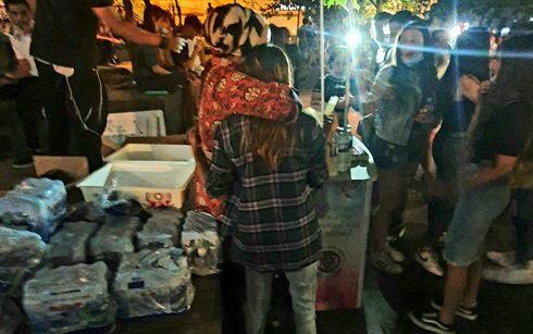 Safranai (izquierda) abraza a una niña en las calles de Jerusalem.