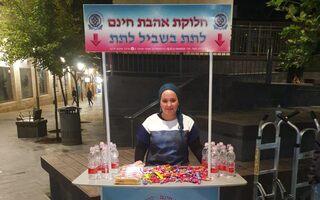 Tova Safranai, detrás del puesto que ella y sus voluntarios instalaron en Jerusalem.