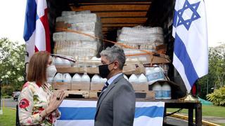 El embajador Reda Mansour y la primera dama panameña, Yazmín Colón de Cortizo, junto a un camión con asistencia humanitaria israelí.