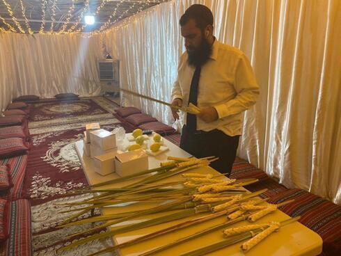 El gran rabino de Dubai, Levi Duchman, celebrando la festividad de Sukot en Emiratos Árabes Unidos.