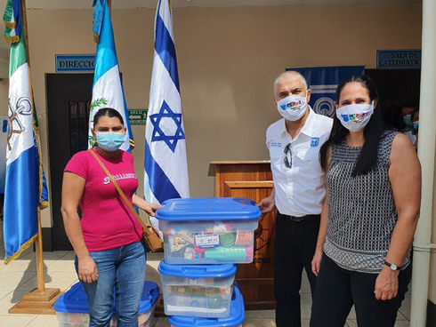 El embajador israelí Mattanya Cohen distribuye ayuda humanitaria en Guatemala.