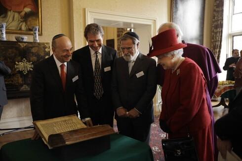El rabino Jonathan Sacks y otras personalidades judías junto a la reina de Gran Bretaña, Elizabeth II, en 2012.