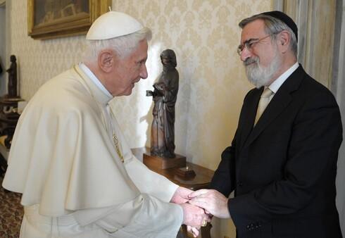 El rabino Jonathan Sacks con el entonces papa Benedicto XVI durante una visita al Vaticano en 2011.