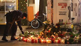Velas en memoria de los fallecidos en el mercado navideño de Berlín.