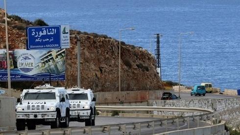 El personal de la fuerza de paz de la ONU patrulla la carretera de la costa cerca de Naqura, última ciudad del Líbano antes de la frontera con Israel.