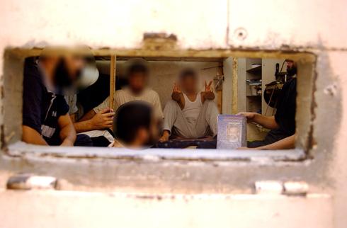 Prisioneros palestinos en la prisión de Shikma.