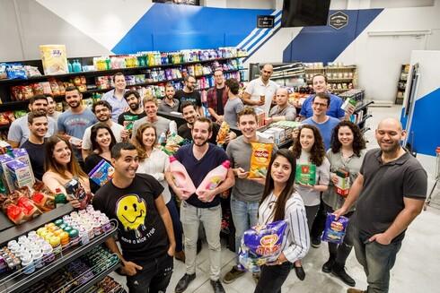 Daniel y Empleados de Trigo en el supermercado de Tel Aviv donde se llevó a cabo la prueba piloto.Gabay, fundadores de Trigo.