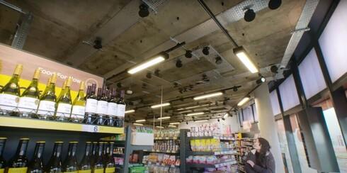 Cámaras en el techo del supermercado, una parte fundamental de la tecnología de Trigo.