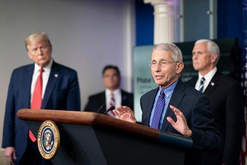 El presidente de los Estados Unidos, Donald Trump, observa mientras el Dr. Anthony Fauci se dirige a los medios.
