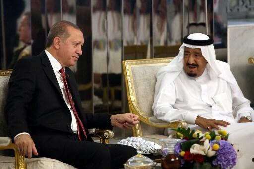 El rey Salman de Arabia Saudita junto a Recep Tayyip Erdogan.