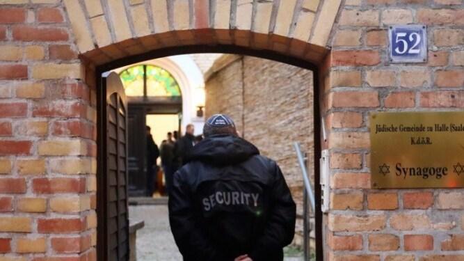 Un guardia de seguridad ingresa a la sinagoga de Halle en octubre del 2019, después de que dos personas murieran en un ataque antisemita.