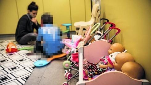 Un niño en un refugio por violencia doméstica.