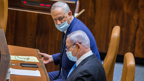Benjamín Netanyahu y Benny Gantz en la Knesset.