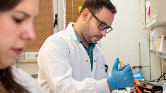 El doctor Daniel Rosenblum y la estudiante de doctorado Anna Gutkin trabajan en el Laboratorio de NanoMedicina de Precisión de la Universidad de Tel Aviv.