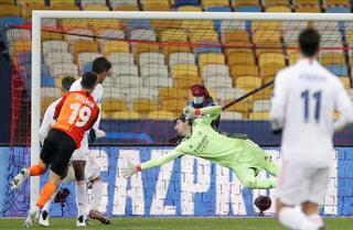 El momento preciso en que Solomon bate a Courtois, el arquero del Real Madrid.