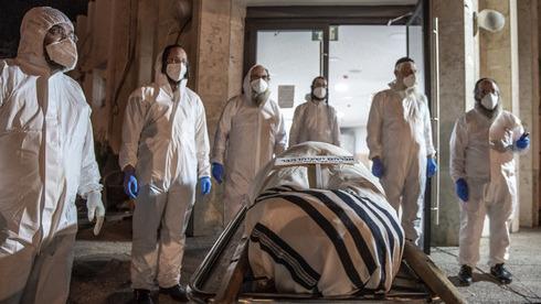 El funeral de un rabino que sucumbió al coronavirus en abril de 2020.