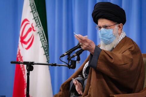 Ali Khamenei durante sua última aparição pública em 24 de novembro. proíbe vacinas