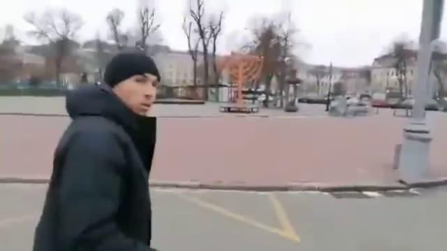 Andriy Rachock derriba el candelabro en Kiev en un acto antisemita que transmitió en vivo.