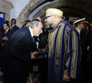 El líder de la comunidad judía marroquí, Serge Bardugo, saluda al rey Mohammed VI.