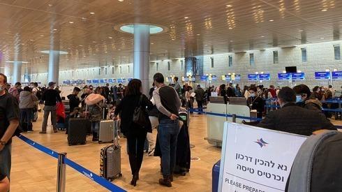 Largas filas en los mostradores del aeropuerto.