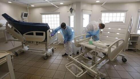 Desinfección de la sala de coronavirus del Centro Médico Sourasky.