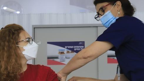 El personal del hospital israelí Sheba realiza prácticas de cara a la campaña de vacunación que comenzará el 23 de diciembre.