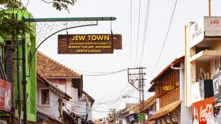 La señalización que indica el Pueblo Judío aún permanece en la ciudad.