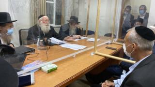 Reunión entre prominentes rabinos ultraortodoxos y altos funcionarios del Ministerio de Salud en Bnei Brak.