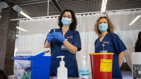 Trabajadores de la salud en el Centro Médico Sheba practicando la inoculación.