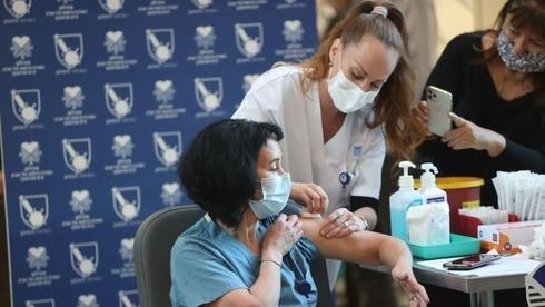 Uma enfermeira é vacinada contra o coronavírus no hospital Ichilov em Tel Aviv.