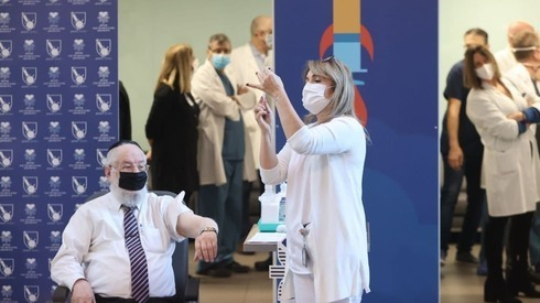 O ex-rabino-chefe de Israel, Meir Lau, recebe a vacina no hospital Ichilov em Tel Aviv.