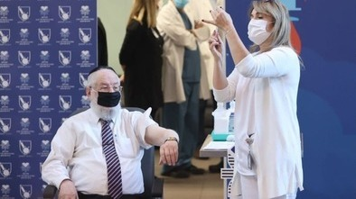 El ex gran rabino de Israel, Meir Lau, recibe la vacuna en el hospital Ichilov de Tel Aviv.