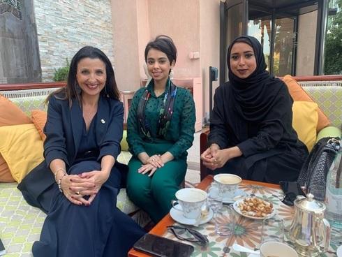 """Fleur Hassan-Nahoum (izquierda) con Mashael AlShemri, miembro de la ONG dedicada a unir al Golfo con Israel """"Sharaka"""" (centro), y Fatema Alharbi, una empresaria y escritora bahreiní."""