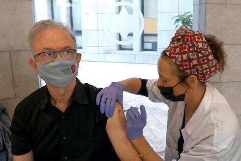 Un ciudadano israelí recibe la vacuna en una clínica del centro de Israel.