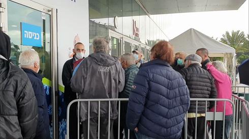 Largas filas en un centro de vacunación en el norte de Tel Aviv.