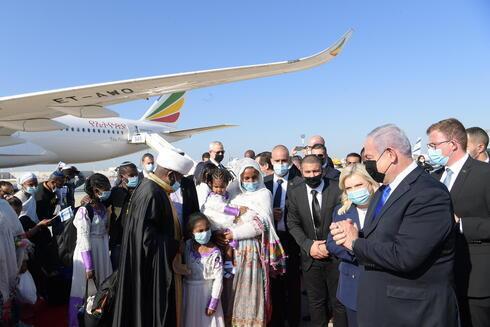 O primeiro-ministro Benjamin Netanyahu recebe imigrantes etíopes.