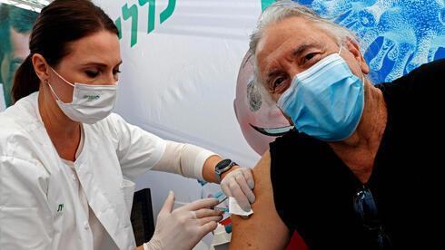 Vacunación contra el coronavirus en el Centro Médico Sourasky en Tel Aviv.