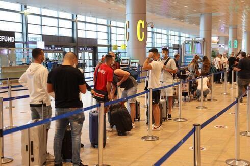 Israelíes en la fila para viajar, en el aeropuerto Ben Gurión.