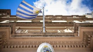 La bandera uruguaya ondea frente a la entrada del Ministerio de Salud Pública en Montevideo, Uruguay.